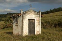 Pequeña capilla blanca en el campo de Sao Paulo Foto de archivo