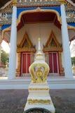 Pequeña capilla delante de un templo Foto de archivo libre de regalías
