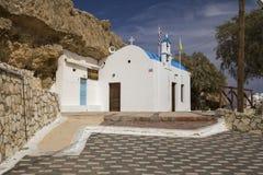 Pequeña capilla en la costa Iglesia en el puerto en la ciudad de Hersonissos, Grecia Isla de Crete imagenes de archivo