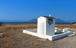 Pequeña capilla en una isla griega Fotos de archivo libres de regalías