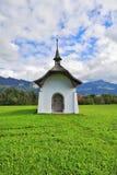 Pequeña capilla rural en un prado Fotos de archivo libres de regalías