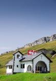 Pequeña capilla suiza de la montaña Imagenes de archivo