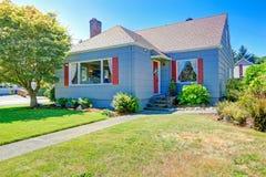 Pequeña casa acogedora exterior con los detalles rojos Imagen de archivo