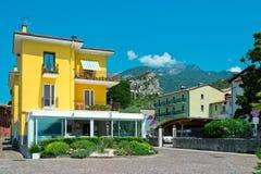 Pequeña casa amarilla del suburbio Imagen de archivo libre de regalías