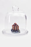 Pequeña casa bajo la protección de una cubierta de cristal Foto de archivo libre de regalías