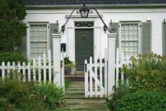 Pequeña casa blanca del ladrillo foto de archivo