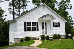 Pequeña casa blanca/para la venta Imagen de archivo libre de regalías