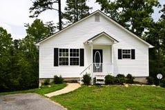 Pequeña casa blanca/para la venta Fotografía de archivo