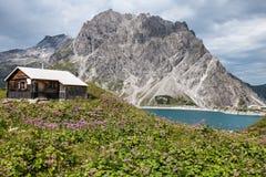 Pequeña casa cerca de las montañas imagenes de archivo