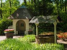 Pequeña casa con el tejado cubierto con paja Fotografía de archivo