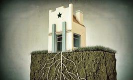Pequeña casa con las raíces grandes Fotos de archivo libres de regalías