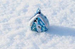 Pequeña casa con una liebre en una nieve Imágenes de archivo libres de regalías