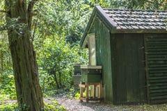Pequeña casa de madera en el medio en del parque fotos de archivo