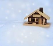 Pequeña casa de madera en la nieve fresca blanca Fotos de archivo libres de regalías