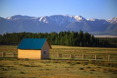Pequeña casa de madera para los turistas en un fondo de montañas Imagen de archivo