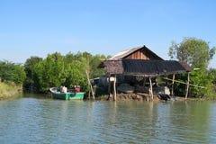 Pequeña casa de madera tradicional en el mar Imagenes de archivo