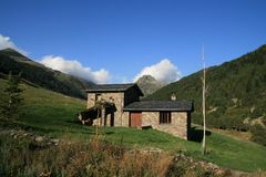 Pequeña casa de piedra en Andorra imagenes de archivo