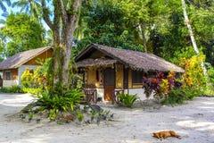 Pequeña casa de playa en una isla tropical Foto de archivo