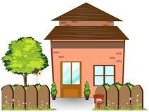 Pequeña casa del Hada-cuento con la yarda verde agradable y la cerca de madera, ejemplo de la corte Fotos de archivo