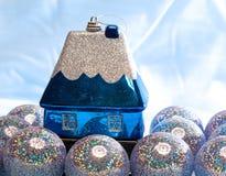 Pequeña casa del juguete azul. La vida todavía del Año Nuevo en un fondo azul Foto de archivo