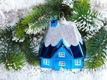 Pequeña casa del juguete azul marino del Año Nuevo Foto de archivo