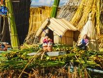 Pequeña casa del uru para la venta en el lago del titicaca foto de archivo