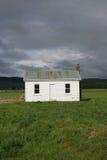Pequeña casa en campo Imágenes de archivo libres de regalías