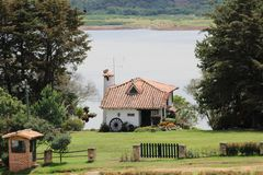 Pequeña casa en el campo de Colombia fotos de archivo
