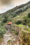 Pequeña casa en el valle después de una gran inundación en Italia Imagen de archivo