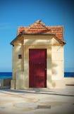 Pequeña casa en la costa Imágenes de archivo libres de regalías