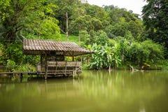 Pequeña casa en la orilla del lago Foto de archivo