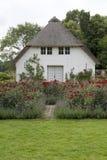 Pequeña casa en la rosaleda Fotografía de archivo