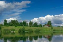 Pequeña casa en orilla del lago Imagen de archivo
