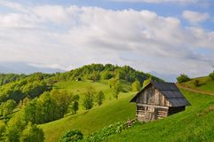 Pequeña casa en una ladera Imagenes de archivo