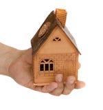 Pequeña casa en una mano Imagen de archivo libre de regalías