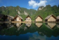 Pequeña casa flotante en el lago. Fotografía de archivo libre de regalías