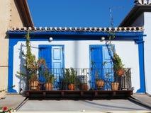 Pequeña casa griega blanca con las puertas azules Imagen de archivo