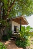 Pequeña casa gris con el pórtico y el blanco Foto de archivo libre de regalías