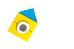 Pequeña casa hecha de las unidades de creación con las monedas. imagen de archivo