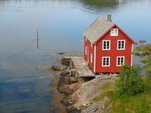 Pequeña casa roja en Moskenes, islas de Lofoten Fotos de archivo libres de regalías