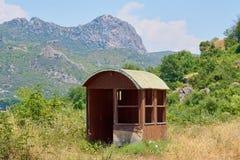 Pequeña casa vacía en montañas foto de archivo