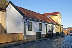 Pequeña casa vieja del ladrillo en Halden. imagenes de archivo