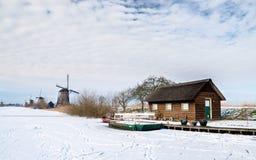 Pequeña casa y molinoes de viento Imágenes de archivo libres de regalías