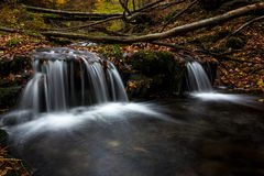 Pequeña cascada agradable fotos de archivo