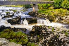 Pequeña cascada con agua blanca Foto de archivo