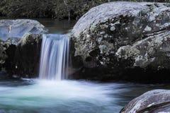 Pequeña cascada de la cascada entre dos rocas grandes Imagen de archivo libre de regalías