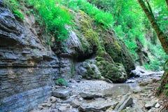 Pequeña cascada de la montaña foto de archivo