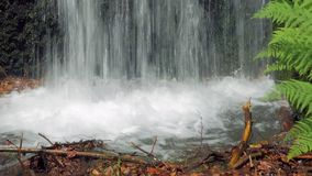 Pequeña cascada en ciudad en día soleado del verano almacen de metraje de vídeo