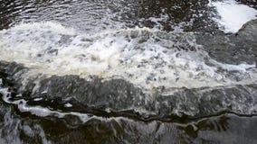 Pequeña cascada en el día de la nube almacen de metraje de vídeo