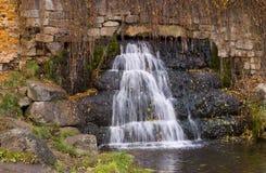 Pequeña cascada en el otoño Fotos de archivo